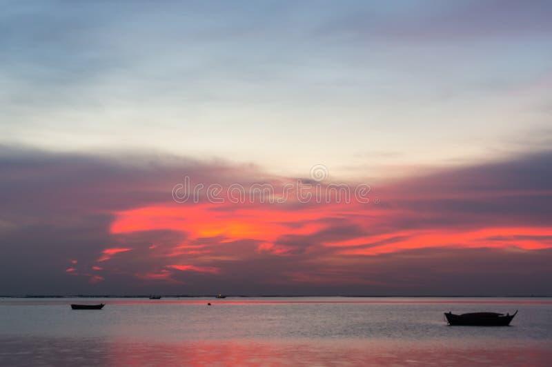Σκιαγραφία των μικρών αλιευτικών σκαφών στη θάλασσα κατά τη διάρκεια του ηλιοβασιλέματος στοκ φωτογραφίες με δικαίωμα ελεύθερης χρήσης