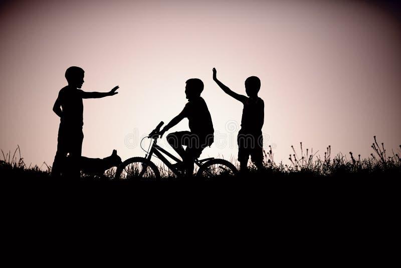 Σκιαγραφία των φίλων εφήβων στοκ εικόνα με δικαίωμα ελεύθερης χρήσης