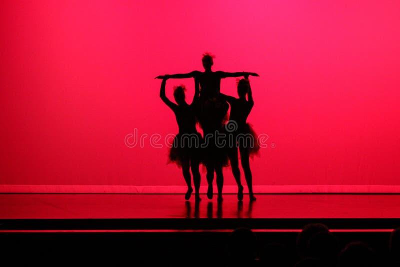 Σκιαγραφία των χορευτών μπαλέτου με το κόκκινο υπόβαθρο στοκ φωτογραφίες