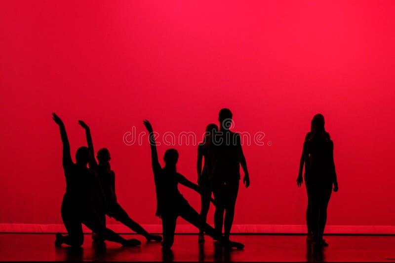 Σκιαγραφία των χορευτών μπαλέτου στη σκηνή με το κόκκινο υπόβαθρο στοκ φωτογραφίες με δικαίωμα ελεύθερης χρήσης