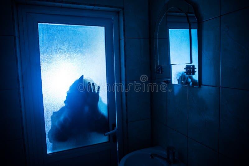 Σκιαγραφία φρίκης της γυναίκας στο παράθυρο Τρομακτική θολωμένη έννοια σκιαγραφία αποκριών της μάγισσας στο λουτρό r στοκ φωτογραφία με δικαίωμα ελεύθερης χρήσης