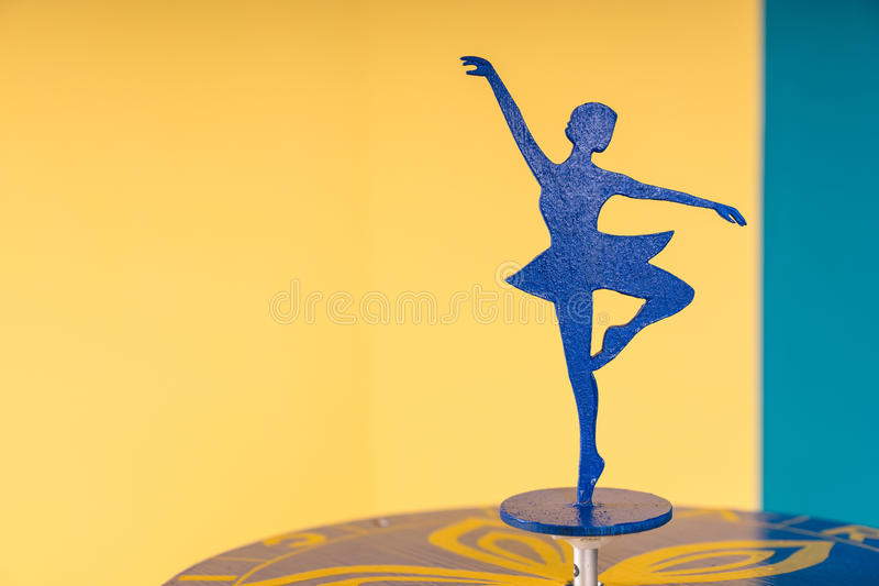 Σκιαγραφία Ballerina στον πίνακα στο ζωηρόχρωμο δωμάτιο στοκ φωτογραφία