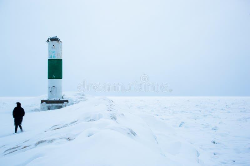 Σκιαγραφία Femal δίπλα στο ελαφρύ αναγνωριστικό σήμα το χειμώνα στοκ φωτογραφία με δικαίωμα ελεύθερης χρήσης