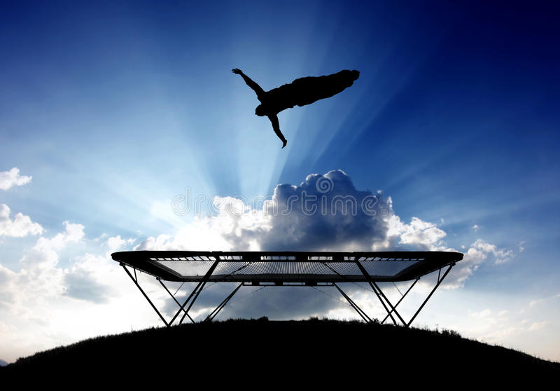 Gymnast στο τραμπολίνο στο ηλιοβασίλεμα στοκ εικόνες