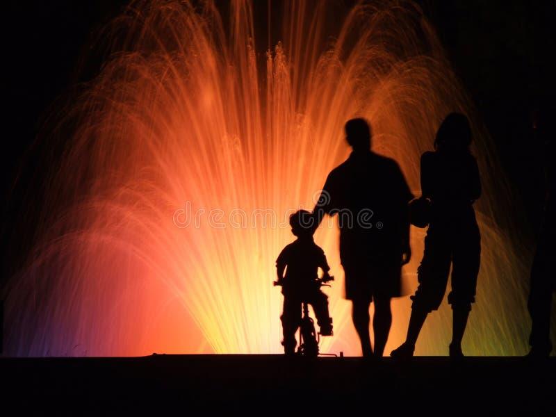 σκιαγραφίες ανθρώπων νύχτ&alph στοκ εικόνα