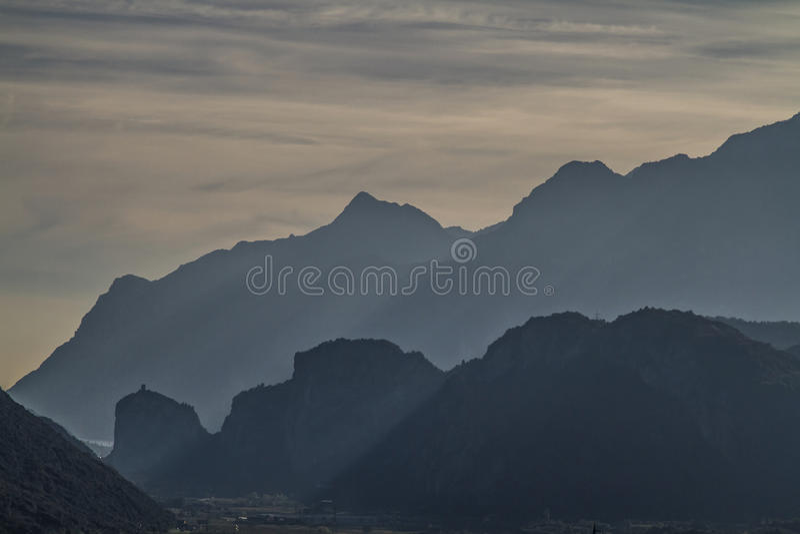Download Σκιαγραφίες βουνών Arco στοκ εικόνα. εικόνα από λόφος - 62717147