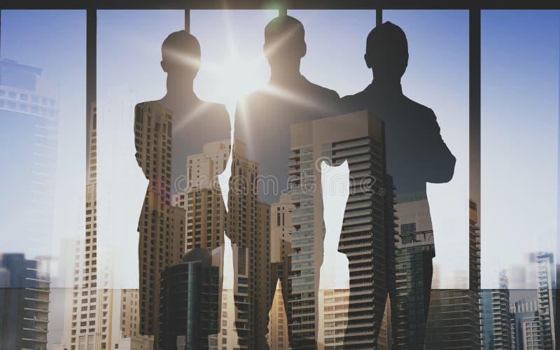 Σκιαγραφίες επιχειρηματιών πέρα από το υπόβαθρο γραφείων απεικόνιση αποθεμάτων