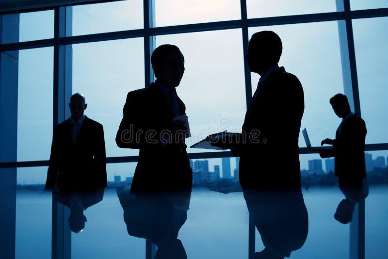 σκιαγραφίες επιχειρημα στοκ εικόνες με δικαίωμα ελεύθερης χρήσης