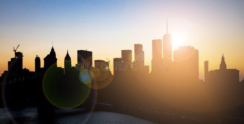 Σκιαγραφίες ουρανοξυστών πόλεων της Νέας Υόρκης με το φωτεινό φως του ήλιου που λάμπουν πίσω από τον ορίζοντα του Μανχάταν στοκ εικόνες με δικαίωμα ελεύθερης χρήσης
