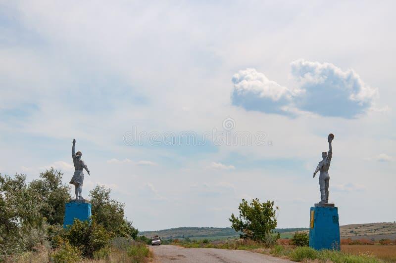Σκιαγραφίες του εργαζομένου και των του κολχόζ αγαλμάτων ύφους γυναικών από τις άκρες του δρόμου Κοινωνικά μνημεία ρεαλισμού στην στοκ φωτογραφίες