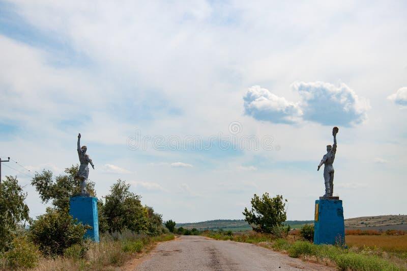 Σκιαγραφίες του εργαζομένου και των του κολχόζ αγαλμάτων ύφους γυναικών από τις άκρες του δρόμου Κοινωνικά μνημεία ρεαλισμού στην στοκ φωτογραφία με δικαίωμα ελεύθερης χρήσης