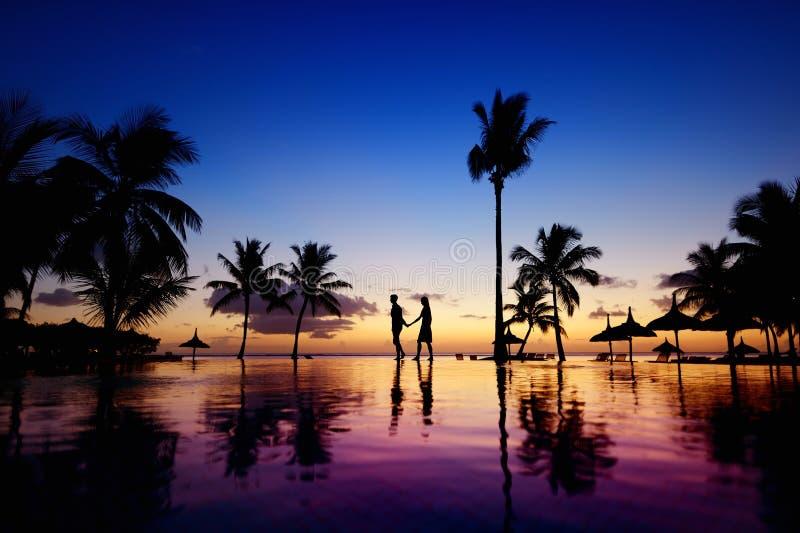 Σκιαγραφίες του νέου ζεύγους στο φυσικό ηλιοβασίλεμα στοκ εικόνες