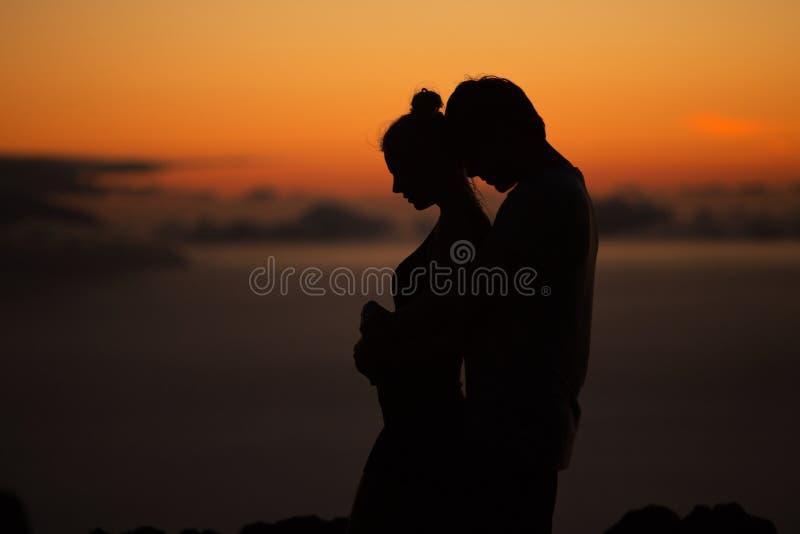 Σκιαγραφίες του νέου ζεύγους στοκ φωτογραφίες