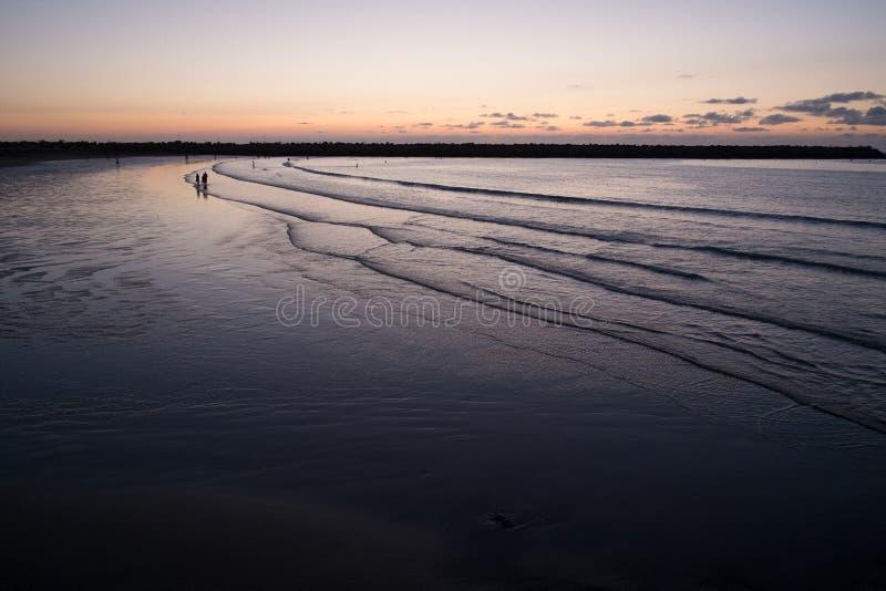 Σκιαγραφίες των ανθρώπων στην παραλία βραδιού στοκ φωτογραφίες με δικαίωμα ελεύθερης χρήσης