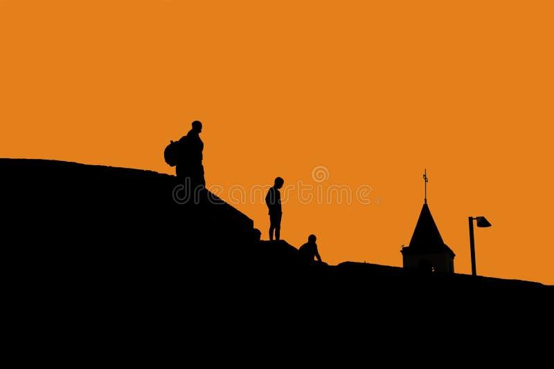 Σκιαγραφίες των ανθρώπων στη στέγη των σπιτιών στοκ εικόνα με δικαίωμα ελεύθερης χρήσης
