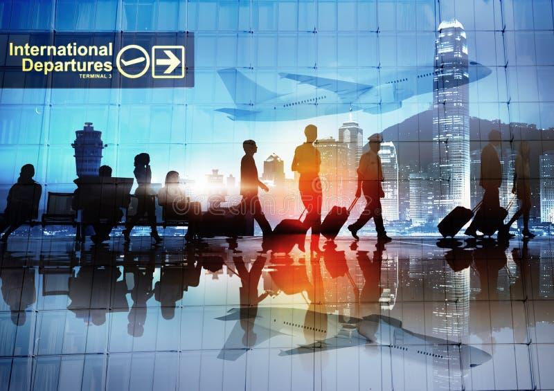 Σκιαγραφίες των επιχειρηματιών που περπατούν σε έναν αερολιμένα στοκ φωτογραφία