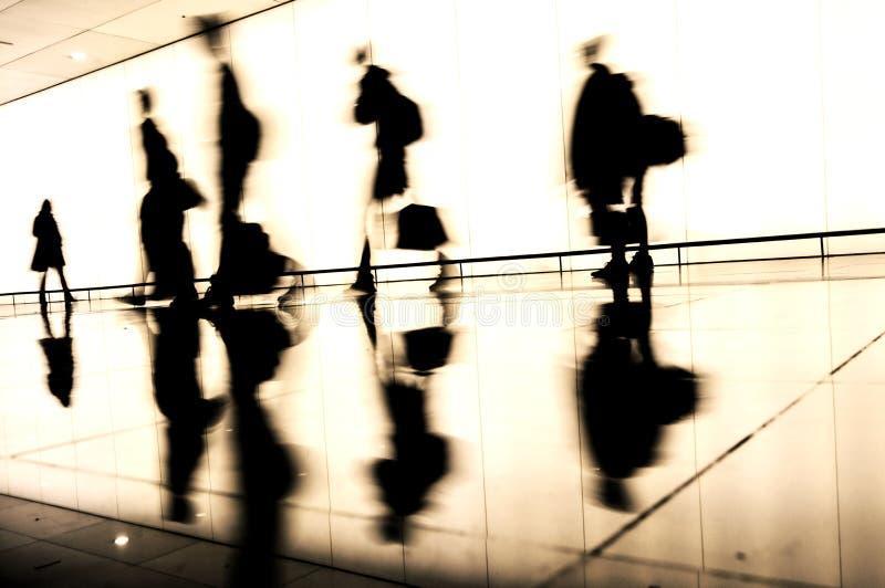 Σκιαγραφίες των διακινούμενων ανθρώπων στον αερολιμένα στοκ εικόνες με δικαίωμα ελεύθερης χρήσης