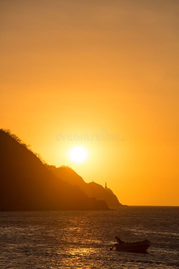 Σκιαγραφίες των ψαράδων στον κόλπο Taganga με το ηλιοβασίλεμα στοκ φωτογραφία με δικαίωμα ελεύθερης χρήσης