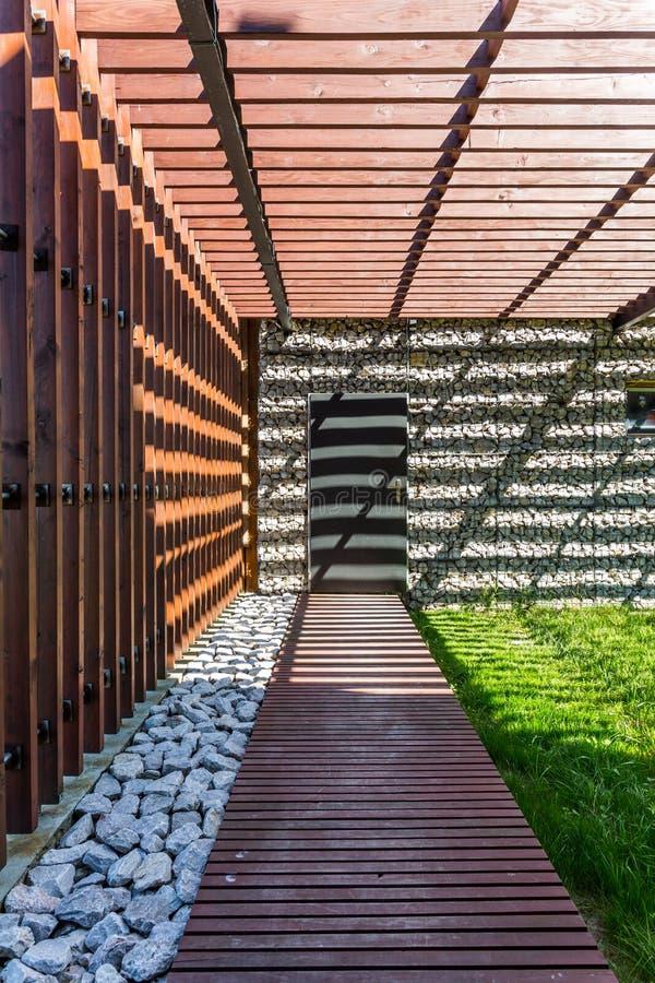 Σκιερή ξύλινη πορεία στο σπίτι πετρών στοκ φωτογραφία με δικαίωμα ελεύθερης χρήσης