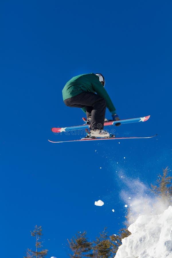 Σκι που πηδά στα χιονώδη βουνά στοκ φωτογραφίες