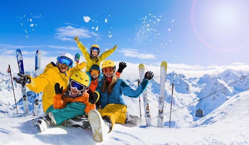 Σκι τη χειμερινή σεζόν, ορεινή οικογένεια τη ηλιόλουστη μέρα στη Γαλλία, Άλπεις πάνω από τα σύννεφα στοκ εικόνες