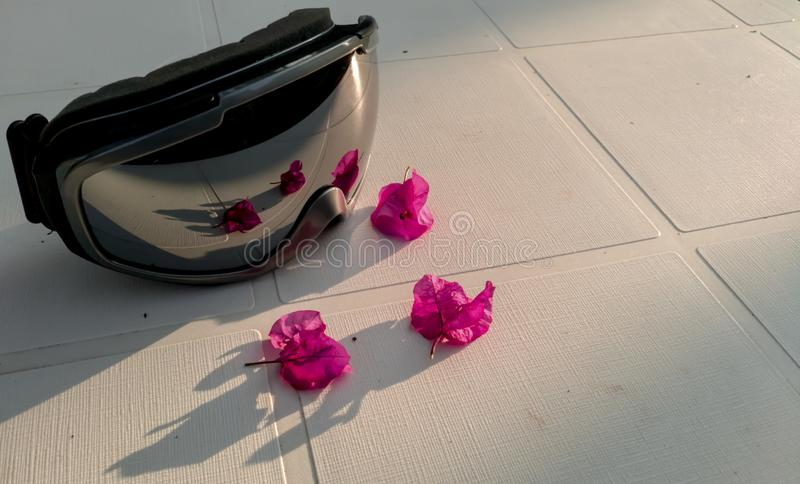 Σκι goggels με τη σύνταξη λουλουδιών στοκ εικόνες με δικαίωμα ελεύθερης χρήσης