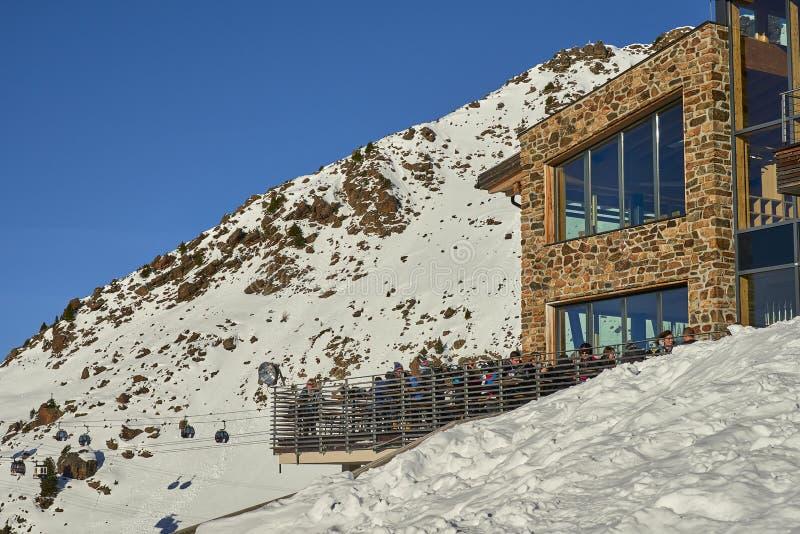 Σκι Piste και εστιατόριο βουνών στοκ εικόνες