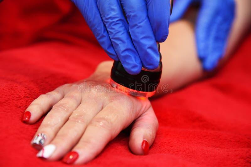 Σκλήρυνση δερμάτων RF, κοιλιά Cosmetology υλικού γυναίκα ύδατος σωμάτων care foot health spa Μη χειρουργικό σωμάτων Σώμα δημιουργ στοκ εικόνες