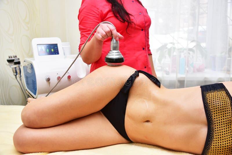 Σκλήρυνση δερμάτων RF, κοιλιά Cosmetology υλικού γυναίκα ύδατος σωμάτων care foot health spa Μη χειρουργικό σωμάτων Σώμα δημιουργ στοκ φωτογραφία