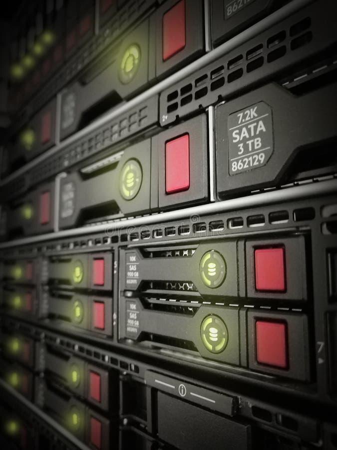 Σκληροί δίσκοι SATA κεντρικών υπολογιστών Κεντρικός υπολογιστής Διαδικτύου κατά την άποψη κινηματογραφήσεων σε πρώτο πλάνο datace στοκ φωτογραφίες