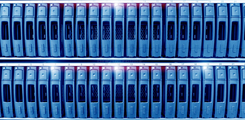 Σκληροί δίσκοι SATA κεντρικών υπολογιστών στο δωμάτιο κεντρικών υπολογιστών κέντρων δεδομένων Σειρά δισκέτας αποθήκευσης στοκ εικόνες