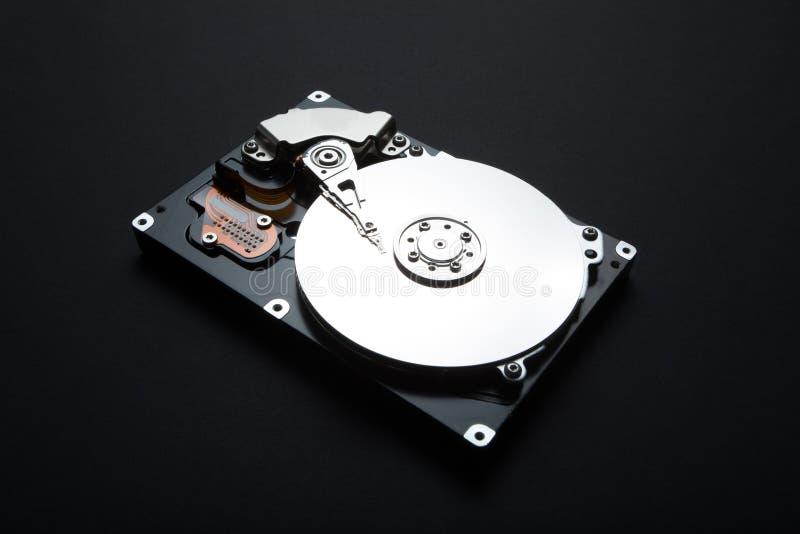 Σκληρός δίσκος κεντρικών υπολογιστών σε ένα μαύρο υπόβαθρο Αποθήκευση των προσωπικών στοιχείων των χρηστών στο hdd στοκ εικόνες με δικαίωμα ελεύθερης χρήσης