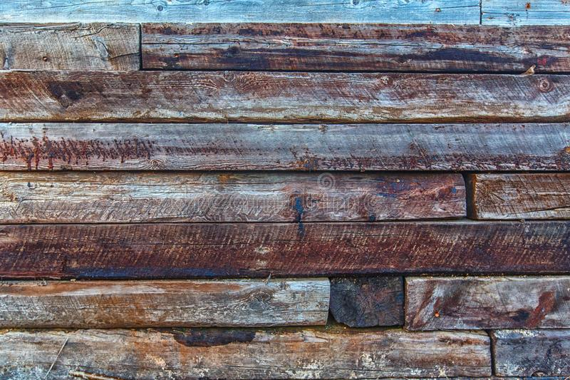 Σκληρός ξύλινος τοίχος ύφους σοφιτών που γίνεται από τους παλαιούς δρόμους ραγών Κούτσουρο του δάσους στοκ φωτογραφίες με δικαίωμα ελεύθερης χρήσης