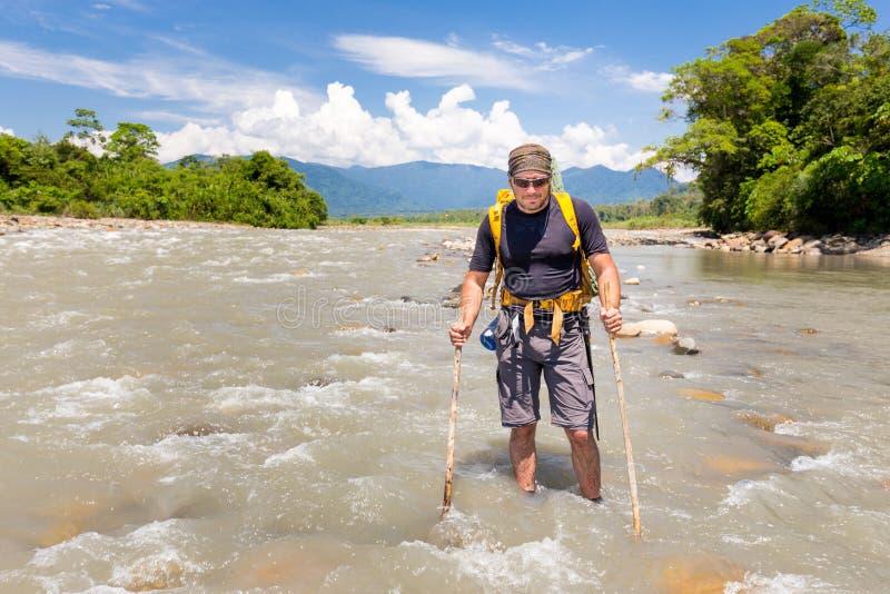 Σκληρό άτομο που διασχίζει το ρεύμα Quincemil, ταξίδι ποταμών ζουγκλών του Περού στοκ φωτογραφίες με δικαίωμα ελεύθερης χρήσης