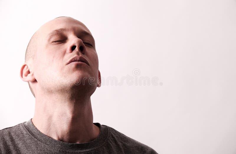Σκληρό να φανεί τύπος παίρνει μια βαθιά εισπνοή στοκ φωτογραφία με δικαίωμα ελεύθερης χρήσης