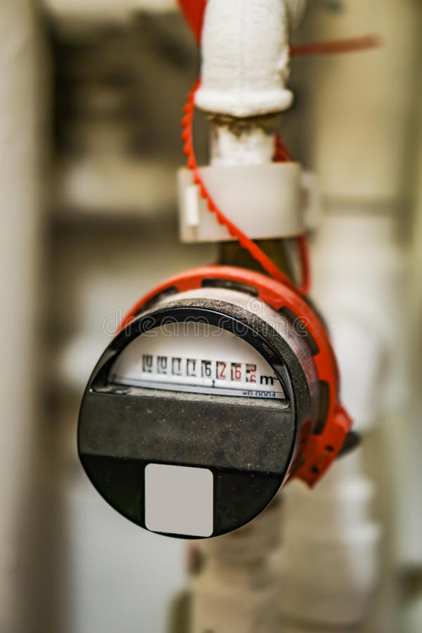 Σκονισμένη, η συσκευή για τη μακρινή ανάγνωση του ζεστού νερού, εγκατεστημένη με ποτίζει στοκ φωτογραφία με δικαίωμα ελεύθερης χρήσης