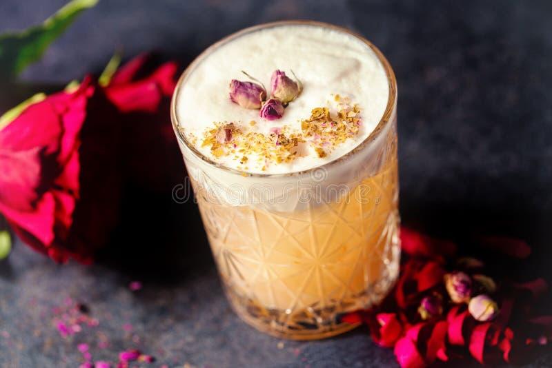 Σκονισμένος αυξήθηκε κοκτέιλ ποτού με τη διακόσμηση λουλουδιών στοκ εικόνα