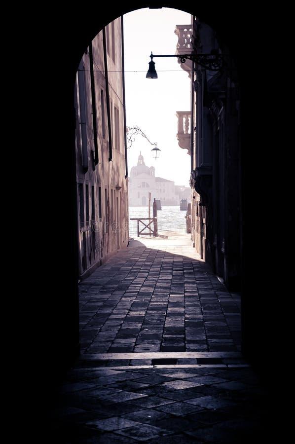 Σκοτάδι λίγο στην οδό της Βενετίας στοκ φωτογραφία με δικαίωμα ελεύθερης χρήσης