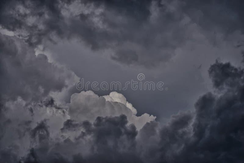 Σκοτεινά θλιβερά σύννεφα βροχής στον ουρανό στοκ εικόνα