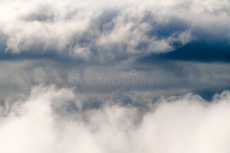 Σκοτεινά θυελλώδη σύννεφα βροχής στον ουρανό Δραματικό υπόβαθρο σύννεφων βροχής χωρίς έδαφος, άσχημος καιρός στοκ φωτογραφίες