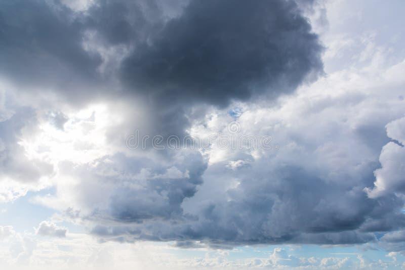 Σκοτεινά και άσπρα σύννεφα το χειμώνα στοκ φωτογραφίες με δικαίωμα ελεύθερης χρήσης