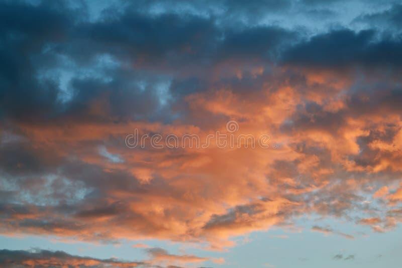 Σκοτεινά και φωτεινά κόκκινα σύννεφα βροχής σωρειτών που φωτίζονται από τον ήλιο βραδιού στοκ φωτογραφία με δικαίωμα ελεύθερης χρήσης