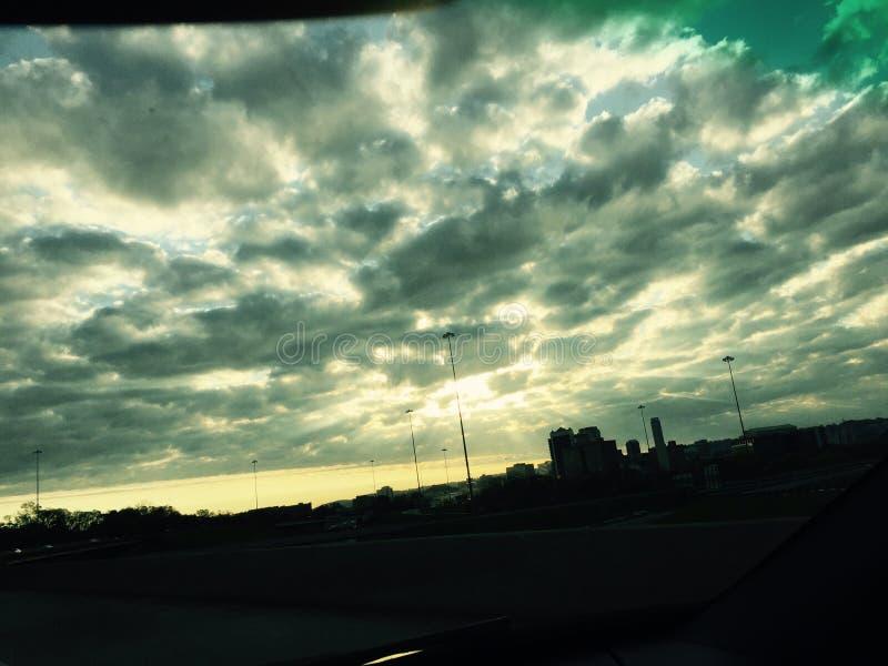 Σκοτεινά κυλώντας σύννεφα στοκ φωτογραφίες