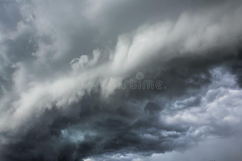 Σκοτεινά σύννεφα - αυστηρός καιρός στοκ φωτογραφία