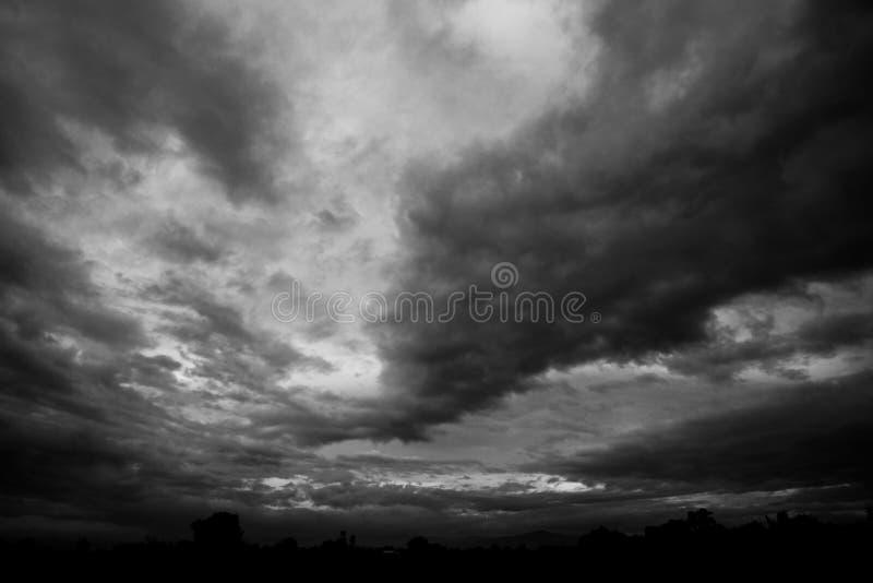 Σκοτεινά σύννεφα θύελλας πριν από τη βροχή στοκ φωτογραφίες με δικαίωμα ελεύθερης χρήσης