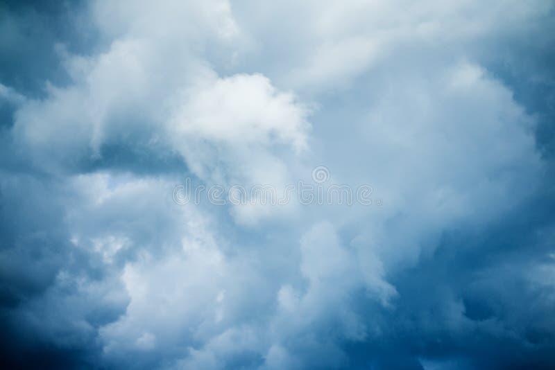 Σκοτεινά σύννεφα θύελλας πριν από τη βροχή o στοκ φωτογραφίες με δικαίωμα ελεύθερης χρήσης