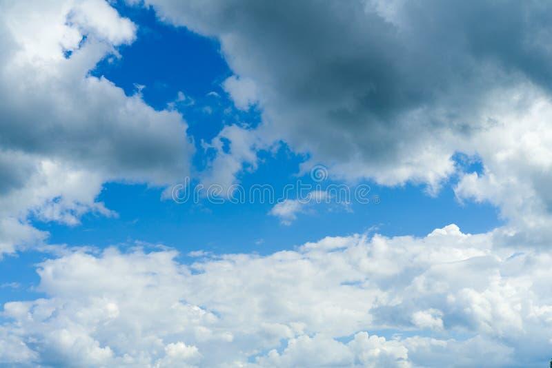 Σκοτεινά σύννεφα θύελλας πριν από τη βροχή o στοκ εικόνες