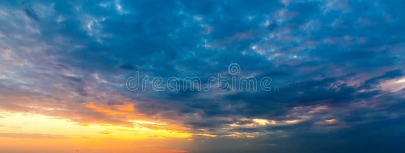Σκοτεινά σύννεφα και πορτοκαλής ήλιος στοκ εικόνες
