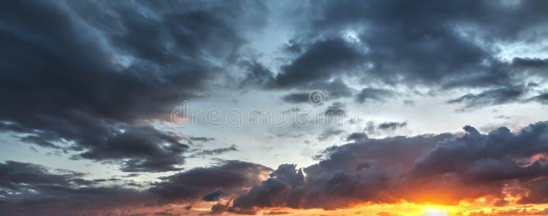 Σκοτεινά σύννεφα και φωτεινός ήλιος στοκ εικόνες με δικαίωμα ελεύθερης χρήσης