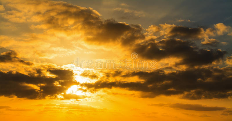 Σκοτεινά σύννεφα και φωτεινός ήλιος στο ηλιοβασίλεμα στοκ φωτογραφία με δικαίωμα ελεύθερης χρήσης